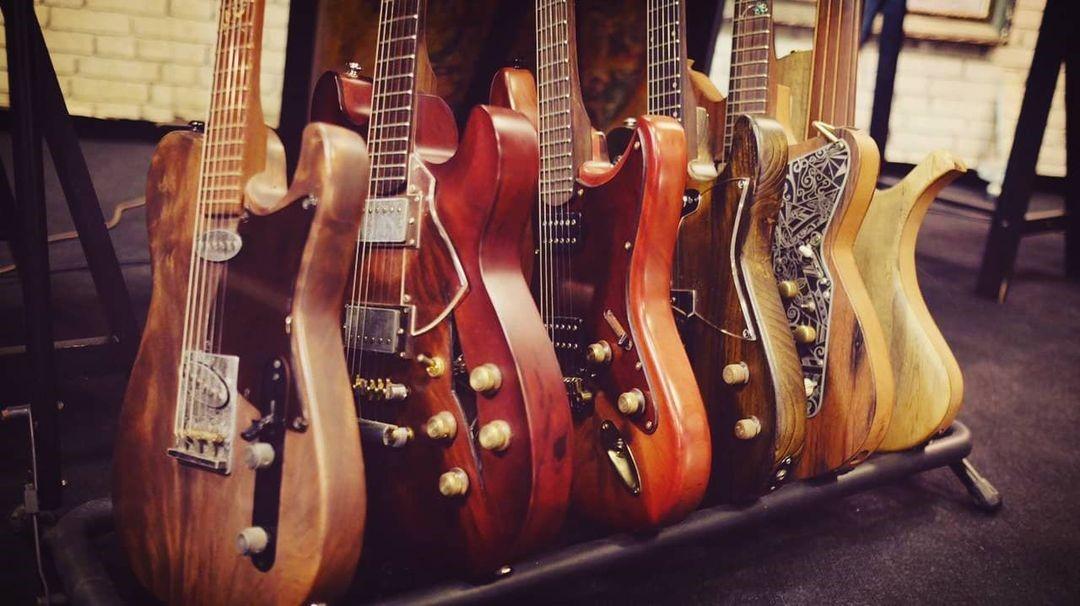 4 Merek Gitar Elektrik Terbaik Buatan Anak Negeri