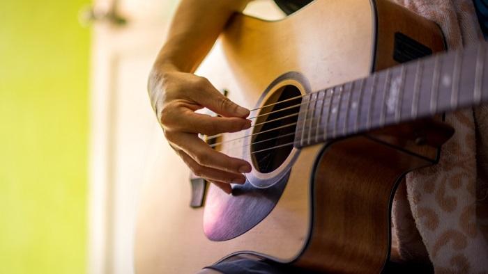 5 Cara Memilih Senar Gitar yang Baik untuk Pemula