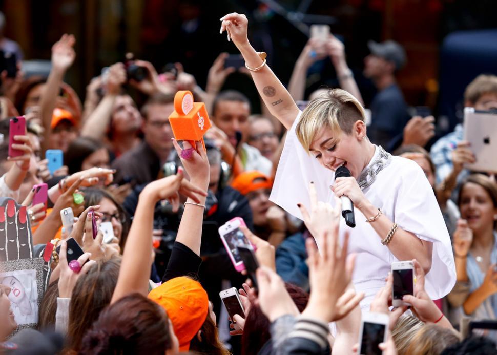 Miley Cyrus Incar Billie Eilish untuk Kolaborasi