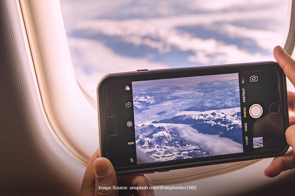 memotret ciamik dari dalam kabin pesawat