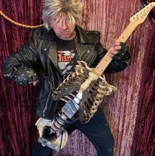 Musisi Ini Bikin Gitar Unik dengan Tulang Mendiang Pamannya